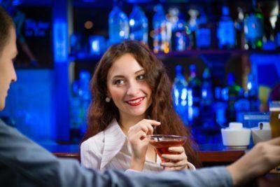 Comment séduire un homme dans un bar