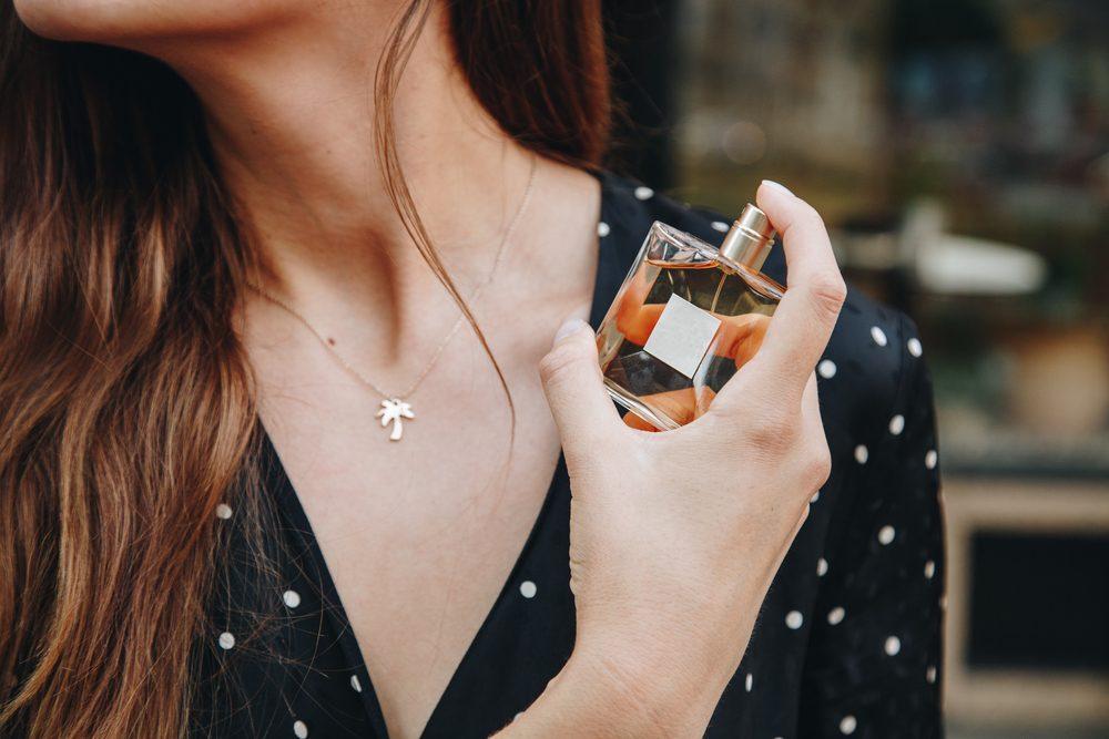 femme se parfumant avec le parfum miss dior