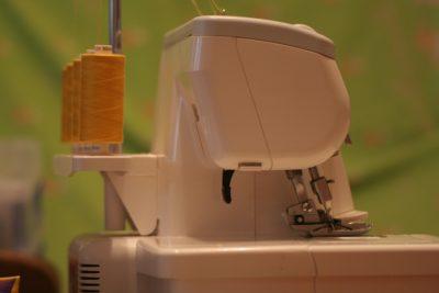 Vêtement : quels sont les intérêts d'avoir une machine surjeteuse chez soi ?